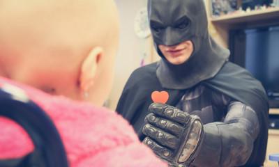 Superbohaterowie podnoszą chore dzieci na duchu