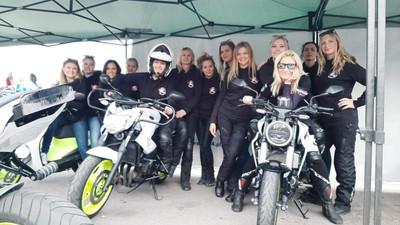 Panie jeżdżą na motocyklach i wspólnie pomagają potrzebującym