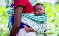 Noszenie dzieci w chustach łączy mamy