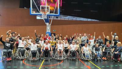 Sportowcy na wózkach grają w koszykówkę i aktywizują ruchowo innych niepełnosprawnych